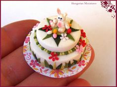 My tiny world: Dollhouse miniatures: Easter cake and gingerbreads Miniture Food, Miniture Things, Just Miniatures, Dollhouse Miniatures, Clay Miniatures, Foto Pastel, Easter Bunny Cake, Miniature Christmas, Mini Foods