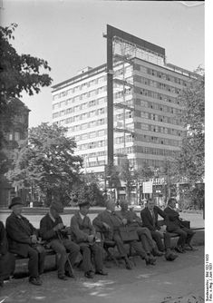 Im Schatten des Wolkenkratzers! Blick auf den imposanten Hochhausbau des Europahauses am Anhalter Bahnhof in Berlin, June 1931. Bundesarchiv_Bild_102-11933