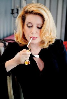 1人目はフランスが誇る魔性の女、カトリーヌ・ドヌーヴ(71歳)。「私はいつも思春期のような気持ちで生きてきた。引退など考えたことがないわ」。これぞ永遠の少女! だから恋も仕事も生涯現役。