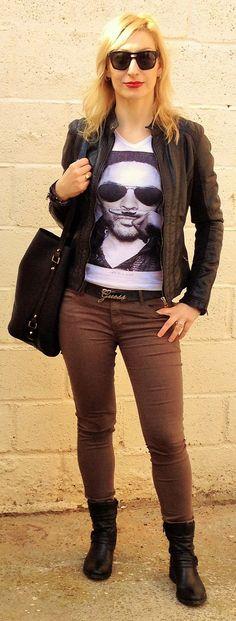 """Pantalón militar con complementos y cazadora en negro de cuero. Camiseta blanca de Eleven Paris """"Lenny"""" dando el toque primaveral."""