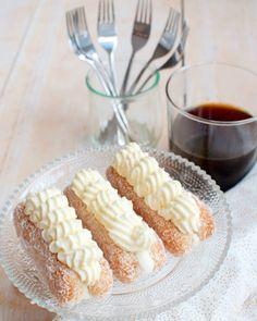Deze lange vinger taartjes met slagroom en kokos zijn om je vingers bij af te likken. Makkelijk om te maken en snel klaar. Wedden dat dit een hit wordt!