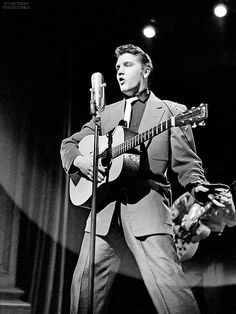 Moore only worked with Elvis for three years, but helped invent the sound that influenced everyone from Keith Richards to Bruce Springsteen Elvis Presley Old, Elvis And Priscilla, Elvis Presley Photos, Priscilla Presley, Lisa Marie Presley, If I Can Dream, Scotty Moore, Robert Sean Leonard, Young Elvis