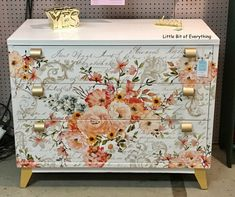 Painting Furniture, Cool Furniture, Decoupage Suitcase, Dixie Belle Paint, Hope Chest, Wood Art, Arts And Crafts, Metallic, Lounge