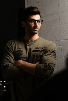 Guess What Aditya Roy Kapur is upto? Get a Sneakpeak To His New Look - Yahoo Celebrity India Bollywood Couples, Bollywood Photos, Bollywood Stars, Indian Celebrities, Bollywood Celebrities, Bollywood Actress, Roy Kapoor, Indian Star, Skinny Guys