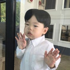 Discovered by 판타지 몽상가. Find images and videos on We Heart It - the app to get lost in what you love. Cute Asian Babies, Korean Babies, Asian Kids, Cute Babies, Baby Kids, Little Boy And Girl, Cute Baby Girl, Little Boys, Baby Boy