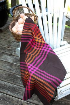Great color interaction in these Jane Stafford towels. http://janestaffordtextiles.com/weavinghelp/?page_id=2712