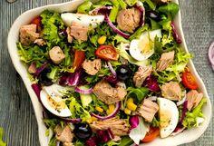 Salata cu ton și ouă fierte este masa ideală pentru orice moment al zilei. E uşoară pentru stomac (chiar mai mult decât indicată) şi mai mult decât uşor de preparat. Fă şi tu o salată cu ton după această reţetă simplă! O masă completă, gata în numai 20 de minute. 1. Peştele se scoate din … Tumblr Food, Good Food, Yummy Food, Romanian Food, Food Platters, Healthy Salad Recipes, Fish Recipes, Summer Recipes, Food And Drink