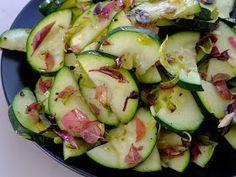 Składniki: 1 młoda cukinia (300g) oliwa (10ml) sok z cytryny (10ml) 2 ząbki czosnku świeże zioła (bazylia, oregano, majeran...