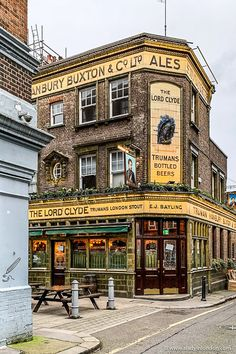 This guide to the best London pubs will show you historic pubs in London, London pub interior photos, old London pubs, pretty pubs in London, and beautiful pubs in London. Best London Pubs, Best Pubs, London Places, Old London, British Pub, Old Pub, London Architecture, Pub Crawl, London Photos
