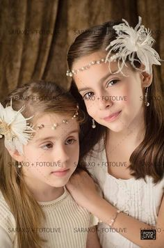 Tiara de perlas con flor de plumas exoticas.