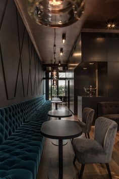 Lost in Grub Street, Berlino. Un cocktail bar dall'atmosfera ovattata a base di velluti, toni blu e pareti in rame // Lost in Grub Street, Berlin. Cocoon-like atmosphere with velvet, blue hues and copper walls. Photo: Petra Kellner
