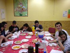 Se utilizó la mesa de ping-pong como comedor improvisado para compartir las comidas entre todos los participantes http://lasalamandrasiguenza.wordpress.com/2013/10/18/i-encuentro-de-centros-jovenes-de-alovera-y-la-salamandra-de-siguenza/