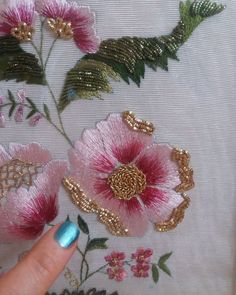 La imagen puede contener: flor  #contener #Flor #imagen #puede Zardosi Embroidery, Hand Embroidery Dress, Embroidery Neck Designs, Tambour Embroidery, Embroidery On Clothes, Embroidery Works, Couture Embroidery, Creative Embroidery, Silk Ribbon Embroidery