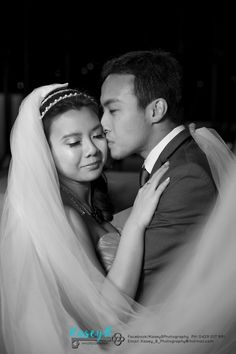 Rachel & Russell came from Singapore to have pre-wedding photos done at St Lucia Queensland University. Bride & Groom Kiss B&W