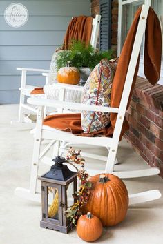 Easy Fall Porch Decor Inspiration for adding a welcoming touch of Fall to your porch. Budget-friendly and fun ideas that are simple and quick! Autumn Decorating, Porch Decorating, Decorating Ideas, Decor Ideas, Decorating Websites, Fall Home Decor, Autumn Home, Autumn Fall, Vibeke Design