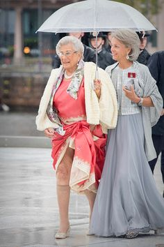 Royal Bloopers -— King Harald V & Queen Sonja of Norway's Elizabeth Taylor, Queen Elizabeth Ii, Katharina Witt, Straight Brunette Hair, Mode Turban, British Royal Families, Fashion Sewing, Royal Fashion, Mother Of The Bride