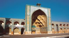 Mezquita de Yameh. Isfahán (Irán), siglos VIII-XI. Uno de los grandes pishtaq de que consta el patio, con iwan decorado con mocárabes, probablemente utilizado como madrasa.