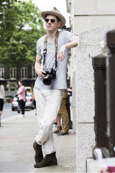 Street looks à la Fashion Week homme printemps-été 2016 de Londres, chapeau, appareil photo