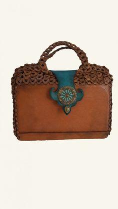 Benzersiz tasarım, kişiye özel deri çanta..(Gerçek dana derisi gövde, sap ve kenarları gerçek deri geçme parçalı, kapama atkısı metal tuğra aksesuarlı)
