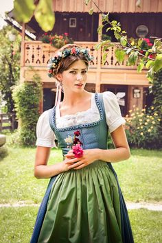 quite a pretty dirndl although the model looks uncertain! the frog ruching (Froschen-whatchamacallit) and blouse really go well together. And a full apron!
