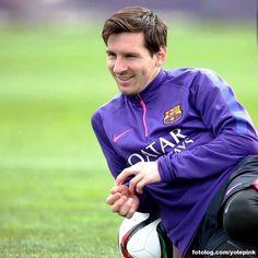 Leo Messi durante treinamento : Olá,  Miguelito não postou nada útil, mas Leo sim, essa bela foto do treino com uma mensagem positiva pro jogo de hoje.  Hoje tem Barça e Vilarreal, a segunda partida da semi final da Copa do Rei, o jogo será às 16hs horário de Brasília.  Bj | yolepink