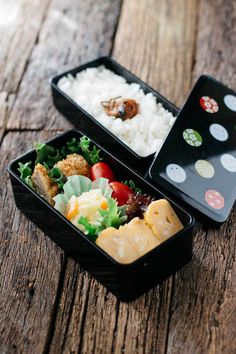 Delicious Japanese bento is very easy and simple to make with leftovers and a few other yummy foods! Japanese Bento Box, Japanese Dishes, Japanese Food, Cute Food, Yummy Food, Sushi, Bento Box Lunch, Bento Food, Box Lunches
