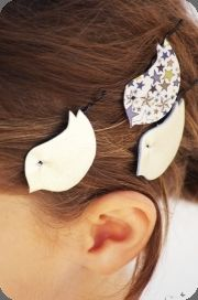 barrettes * tout silo - Man, I wish I was good at crafts. I could bake a mean souffle though, with a bird carved berry on top! Headband Hairstyles, Pretty Hairstyles, Cute Hairstyles, Hair Up Or Down, Diy Accessoires, Make And Sell, How To Make, Tweet Tweet, Barrettes
