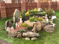 Dajte na skalku toto a bude nádherná celú jeseň aj počas mrazov: 21 prekrá… Landscaping With Rocks, Outdoor Landscaping, Front Yard Landscaping, Outdoor Gardens, Garden Yard Ideas, Lawn And Garden, Garden Projects, Garden Paths, Garden Beds