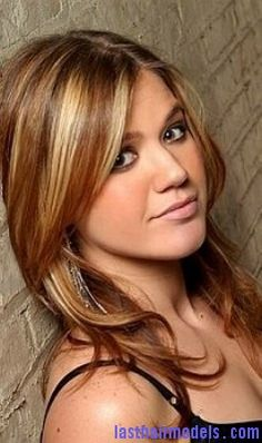 I need to get my hair back to this style again! Kelly Clarkson is rocking the long layers and high lights!