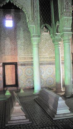 Tumbas en el interior de un monumento en Marrakech