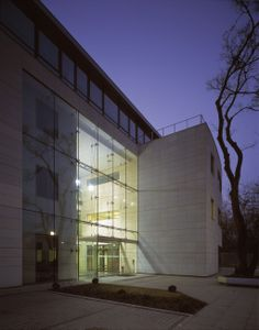 Gdańska Office in Warsaw, Poland with facades made of Pilkington Planar™ structural glazing system supported on tension structure.