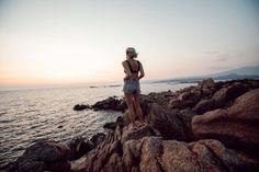 🌊 𝐖𝐈𝐋𝐃 Pieds nus, maillot de bain et short en jean, cheveux dans le vent... Alors que l'automne vient de s'installer ici dans le Nord, je prolonge l'été avec ces quelques souvenirs de Corse @bonifaciotourisme 🤍 J'adore l'été mais j'aime aussi cette nouvelle saison qui arrive avec les feuilles qui rougissent, le brouillard... et vous quelle est votre saison préférée? Belle soirée . . . . #corse #cors