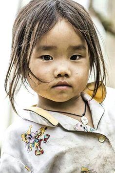 vietnam-photo-rehahn «Rare est le nombre de ceux qui regardent avec leurs propres yeux et qui éprouvent avec leur propre sensibilité.» Albert Einstein Portrait de Sapa au Vietnam par Réhahn