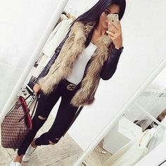 40 Winter Outfits To The Queen Of This Holidays / Black Leather Jacket / Faux Fur Vest / Black Destroyed Jeans / White Sneakers Fashion Mode, Look Fashion, Winter Fashion, Fashion Black, Fur Vest Outfits, Casual Outfits, Holiday Outfits, Winter Outfits, Winter Dresses