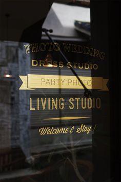 名古屋のデザイン事務所【エイトデザイン】の店舗デザイン専門サイト。ブランディングからショップデザイン、グラフィックデザイン、販促支援まで。愛されるお店づくりをトータルでサポートします。 Logo Sticker, Sticker Design, Barber Logo, Storefront Signs, Retail Signs, Supermarket Design, Cafe Logo, Window Graphics, Window Signs