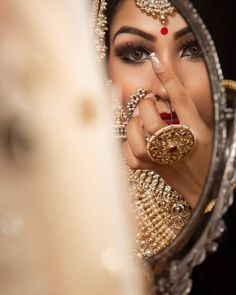 Bridal Makeup Trends for 2019 for a modern bridal look! You can find different rumors about the annals of the … Bridal Portrait Poses, Bridal Poses, Bridal Photoshoot, Bride Portrait, Wedding Poses, Bridal Shoot, Wedding Shoot, Indian Bride Poses, Indian Bridal Photos