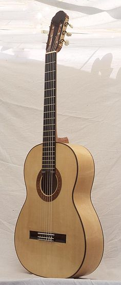 Rohan Lowe spanish guitars, handmade classical and flamenco guitars in the tradition of Antonio de Torres - Flamenco/Santos-Hernandez