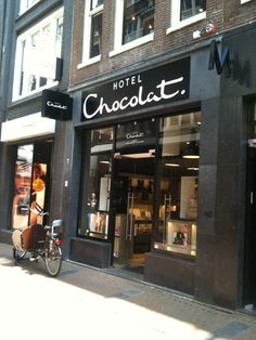 Premium British confectionery company Hotel Chocolat, which coats its and with black like the darkest of dark chocolate. Shop Interior Design, Exterior Design, Hotel Chocolate, Fun Snacks For Kids, Shop Fronts, Coffee Design, Facade Architecture, Shop Signs, Netherlands