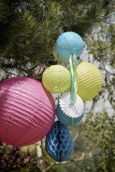 Feestdecoratie voor buiten - decoration for outside: lampionnen, fans, honeycomb balls  www.gvgpapersolutions.nl