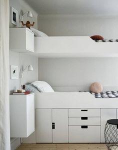 Двухъярусная кровать с системой хранения под нижней кроватью. .