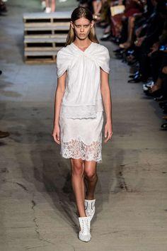 Fashion Week New York Printemps Eté 2016 - L'hymne à l'amour de Givenchy pour le 11 Septembre - La collection résolument romantique est déclinée en noir et blanc. On peut voir nombre de dentelles, soies et autres matières dans une légèreté déstructurée. Le public a pu apprécier une série de musiques de 6 cultures différentes afin de s'unir face aux discriminations.