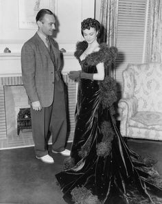 Vivien Leigh and Gone With The Wind costume designer Walter Plunkett Golden Age Of Hollywood, Classic Hollywood, Hollywood Usa, Scarlett Ohara Dresses, Red Ball Gowns, Scarlett O'hara, Hollywood Costume, Old Movie Stars, Party Scene