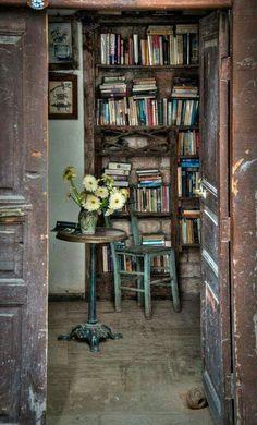 Ne zaman böyle bir evim olacak acaba sessiz, sakin ,huzurlu ve sadece kitaplar olan...