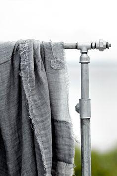 grijs doek over grijze buis