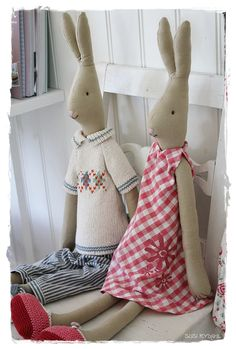 VELKOMMEN HOS INDRETNING MED FARVER. Maileg Bunny, Bunny Toys, Raggy Dolls, Liberty Bag, Plushie Patterns, Fabric Animals, Fabric Toys, Christmas Sewing, Love Sewing