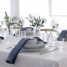 """528 mentions J'aime, 7 commentaires - Nina Holst (@stylizimoblog) sur Instagram : """"Trenger du inspirasjon til 17.mai bordet? Jeg har dekket et festbord i samarbeid med…"""" Blue Table Settings, Table Setting Inspiration, Table Arrangements, Dinning Table, Deco Table, Decoration Table, Apartment Design, Interior Design Inspiration, Furniture"""