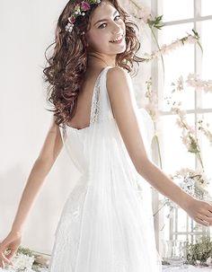 Pietra | Vestido de encaje de algodón y en la falda lleva una caída de tul que une el delantero con la espalda. | 4