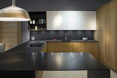 Meble kuchenne #dąbnaturalny-#obłóg#frontymdflakierowany# półmat#blaty #spiek kwarcowy#blat# barek#blacha czarna#półkimetalowe