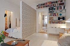 Un muro que no llegue hasta el techo sirve como separador de ambientes pero deja pasar la luz y da mayor sensación de amplitud. Una inspiradora idea para apartamentos y espacios reducidos