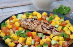 Hei! Idag har eg en fantastisk god middag til dere: kyllingfilêt marinert og deretter glasert med soyasaus og honning, med mangosalat som tilbehør. En fantastisk god kombinasjon! Kyllingfilêten får en heilt ny smaksopplevelse, så trenger du ny inspirasjon til kyllingmiddagen er dette virkelig til å anbefale 🙂 Det er relativt raskt å lage, enkelt, sunt … Cantaloupe, Chicken, Meat, Fruit, Food, Meal, Essen, Cubs